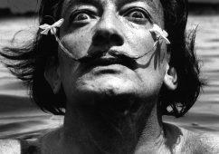 Dalí dans l'eau, Port Lligat 1953, Silver gelatin print 30x40cm